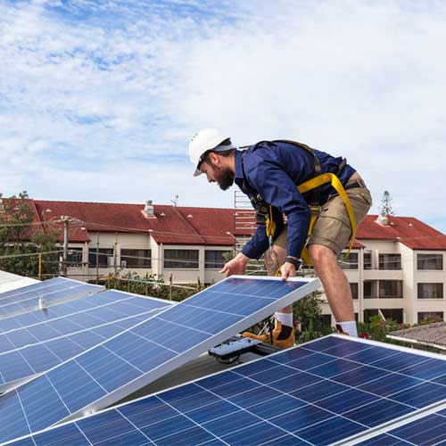 Förnybar energi, Solceller, som blir installerade på ett tak