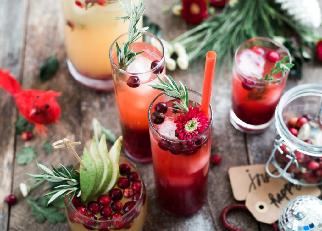 juliga drinkar med lingon och rosmarinkvistar som dekoration