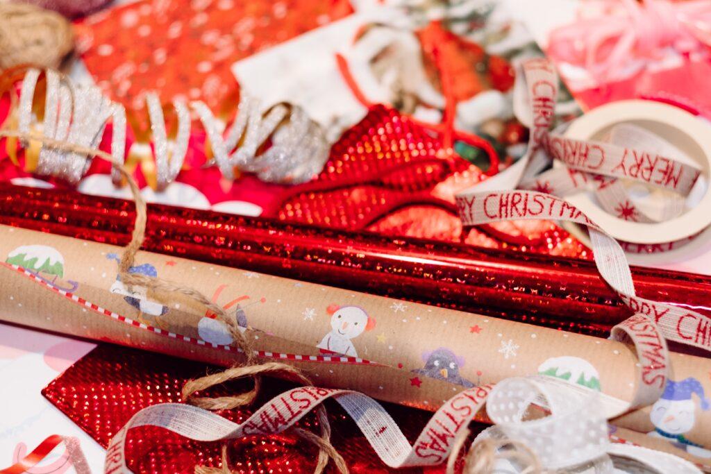 Presentpapper och presentsnören med julmotiv