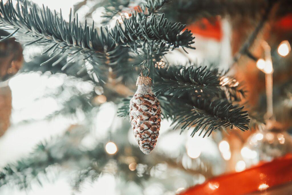 Julbelysning i form av grankotte i julgran.