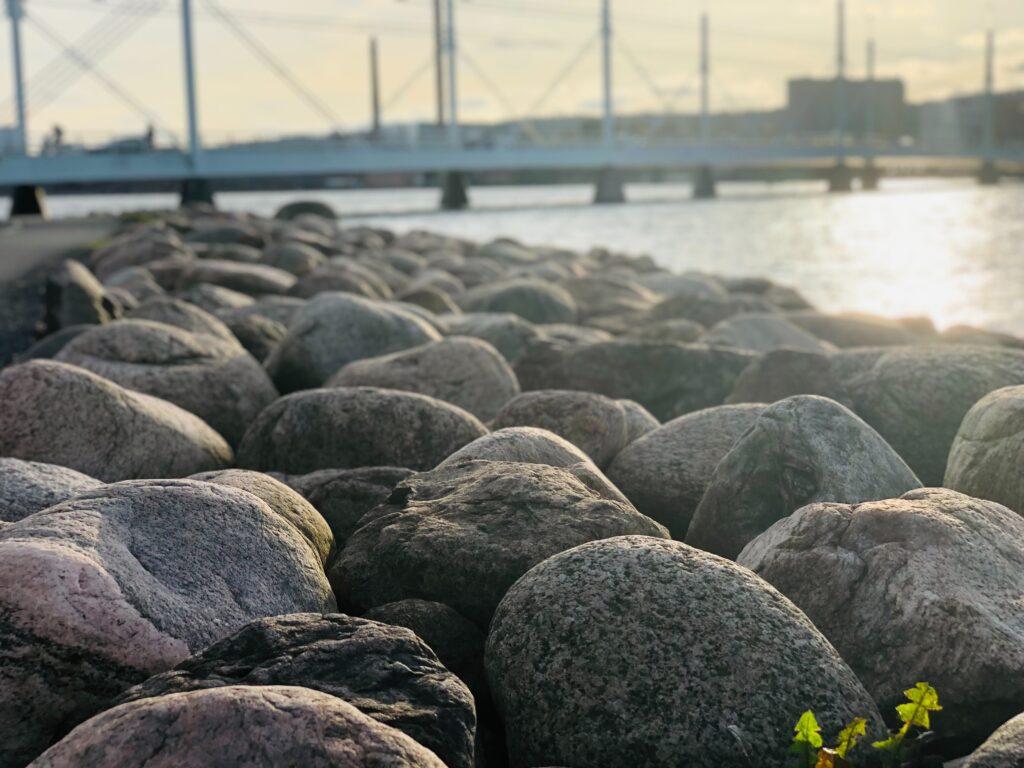 Munksjöbron i Jönköping i bakgrunden, stenar i förgrunden