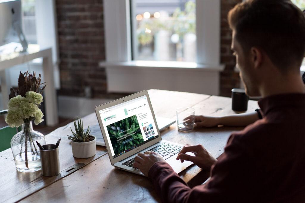 Man framför dator som är inne på Energicentrums hemsida